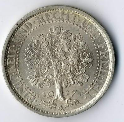 Münzen in überdurchschnittlicher Erhaltung werden in Wiesbaden vom Auktionator begutachtet.
