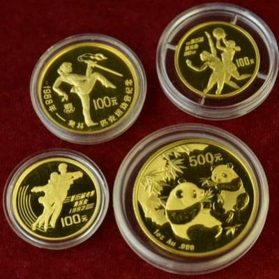 Vom Münzen-Gutachter in Wiesbaden werden Goldmünzen aus China bewertet.
