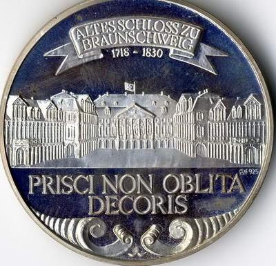 Silbermedaillen mit Motiven aus Weltraum, Deutsche Kanzler und Präsidenten etc. werden in Wiesbaden bewertet.