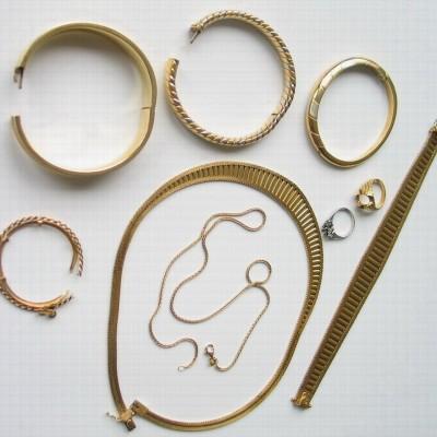 Goldschmuck in Form von Armbändern Ringen Ohrringen und Ketten